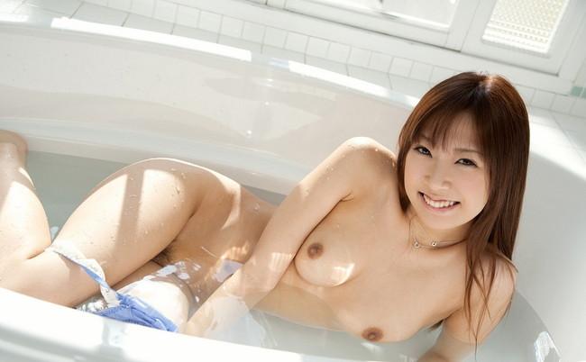 全裸が丸見えの美女のお風呂シーン!