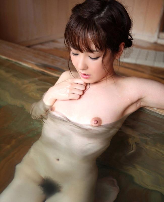 温泉に入る美女!