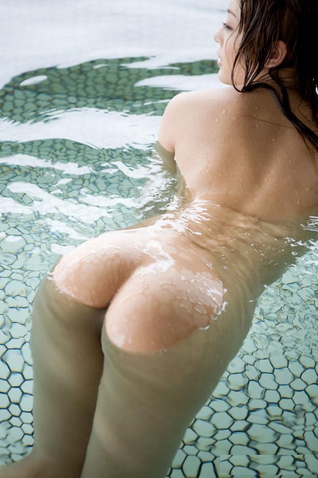 お尻が濡れて浮かぶ湯船!