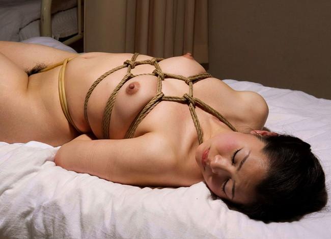 全裸緊縛で柔肌に縄が締め付けられる!