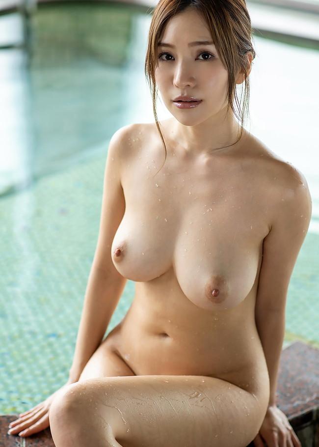 水滴付いてる美女の柔肌!