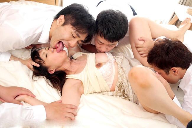 クンニもキスも乳首舐めも同時に…