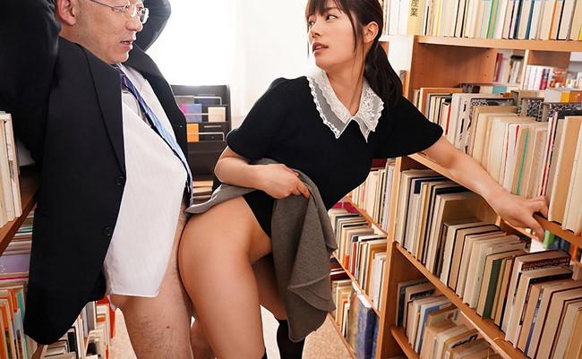 図書室では着衣セックスが行われる!