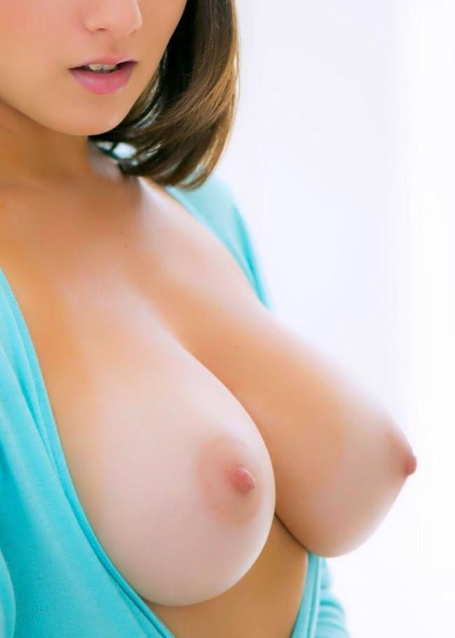服の前を開けて巨乳がポロリ!