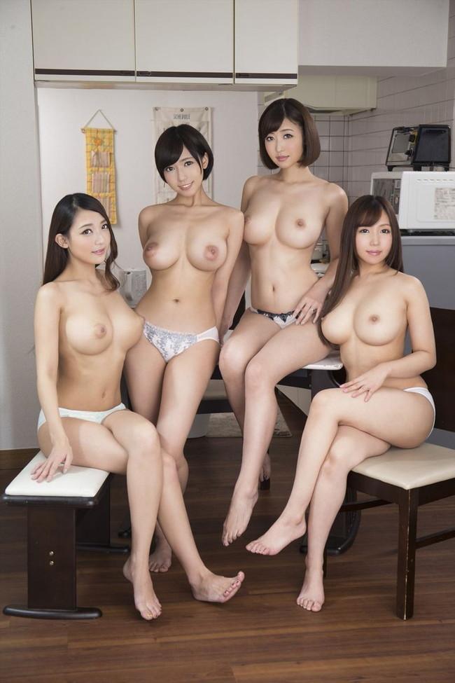 キッチンには4人の巨乳美女!