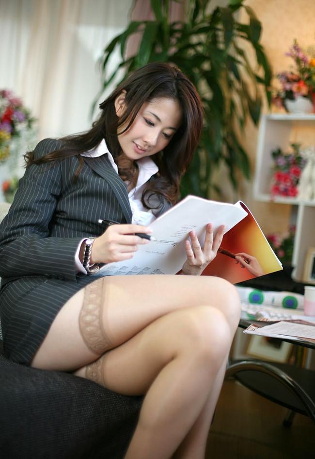足組みしながらスーツ姿の美女が仕事中!