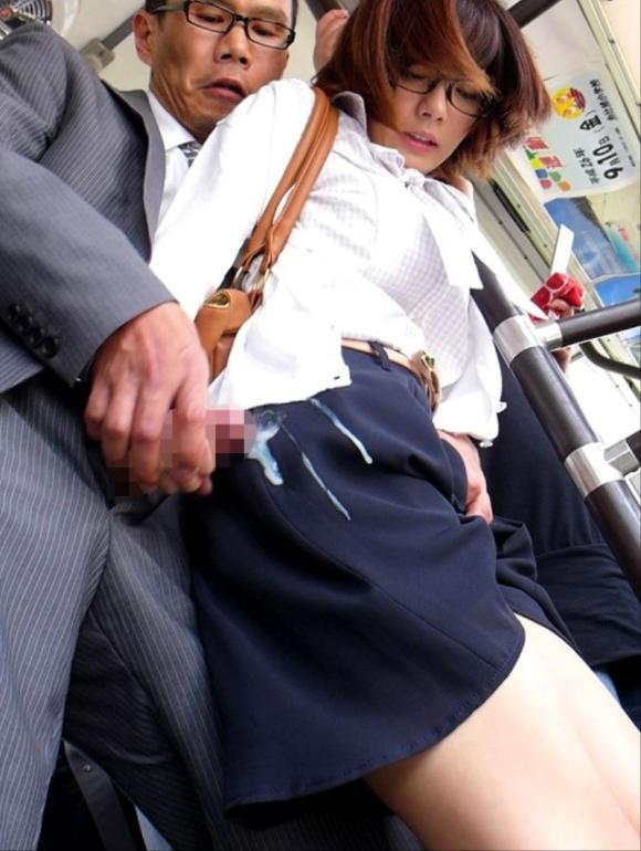 スカートにぶっかける痴漢された美女!