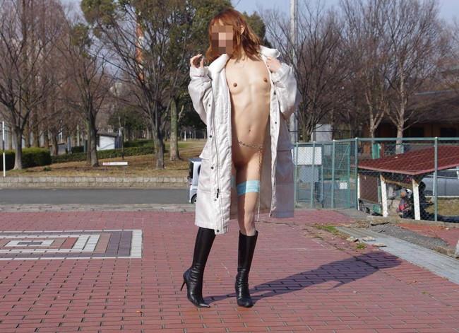 コートの下は裸だけど公園で散歩!