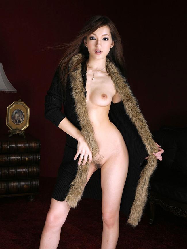 ファー付きのコートで野外露出を華やかに!