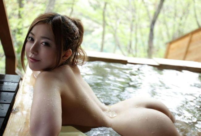 温泉で湯船に浮かぶ生尻!