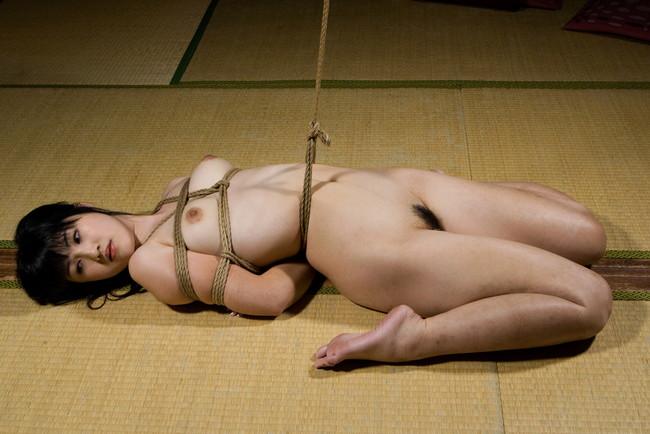 畳の上で全裸緊縛!