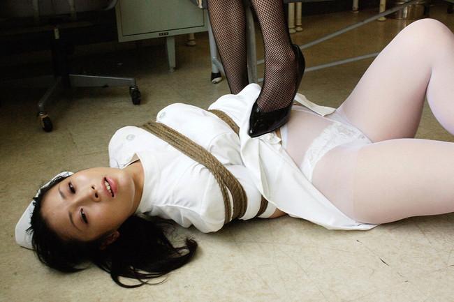 ナースが白衣着たまま緊縛!