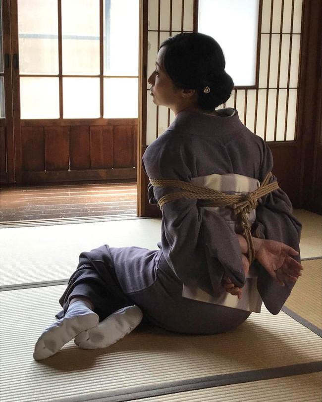 和室で和服美女への緊縛!