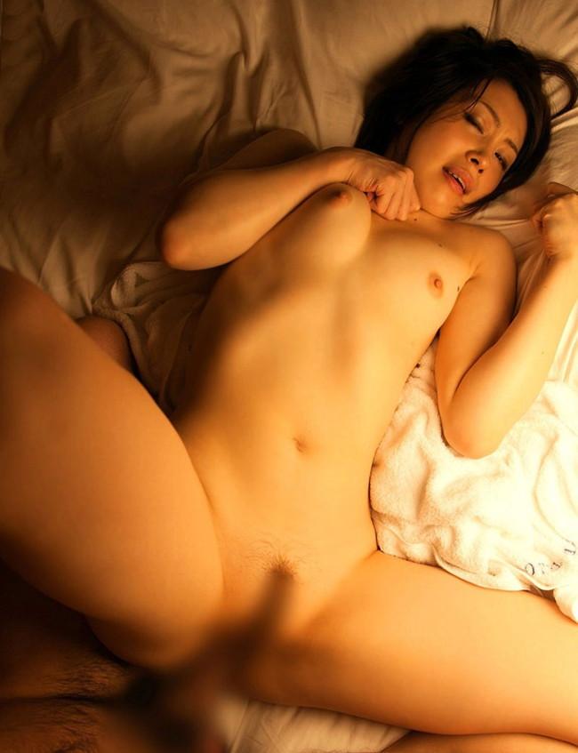 お姉さんが全裸で正常位!