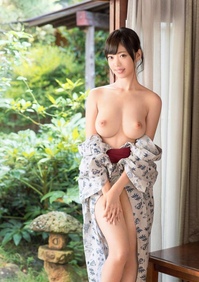 巨乳出してる和服美人!
