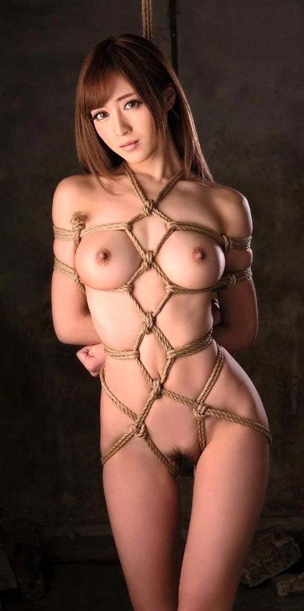 全裸で緊縛をされた美女!