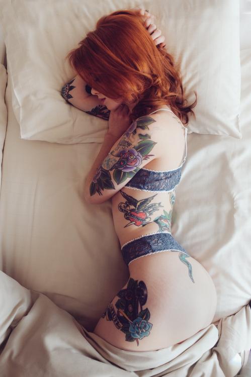 スレンダー美女が寝転ぶときの曲線美がエロくて…