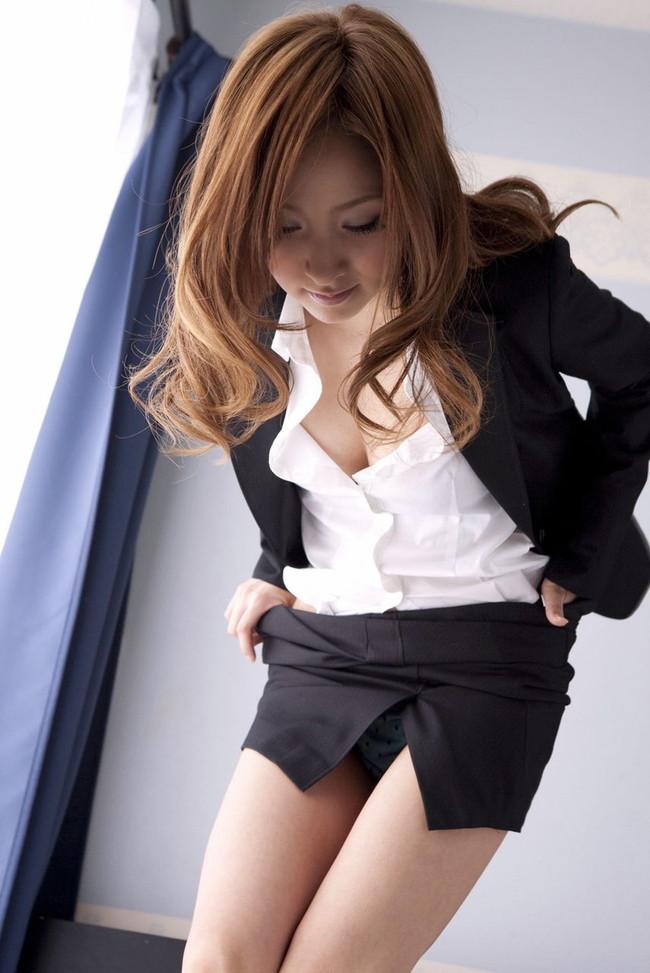 タイトスカート脱ぎ掛けてる美人OL!