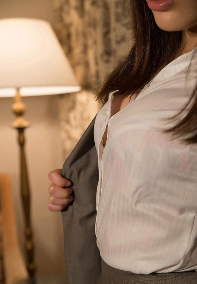 シャツから柔肌チラリ!