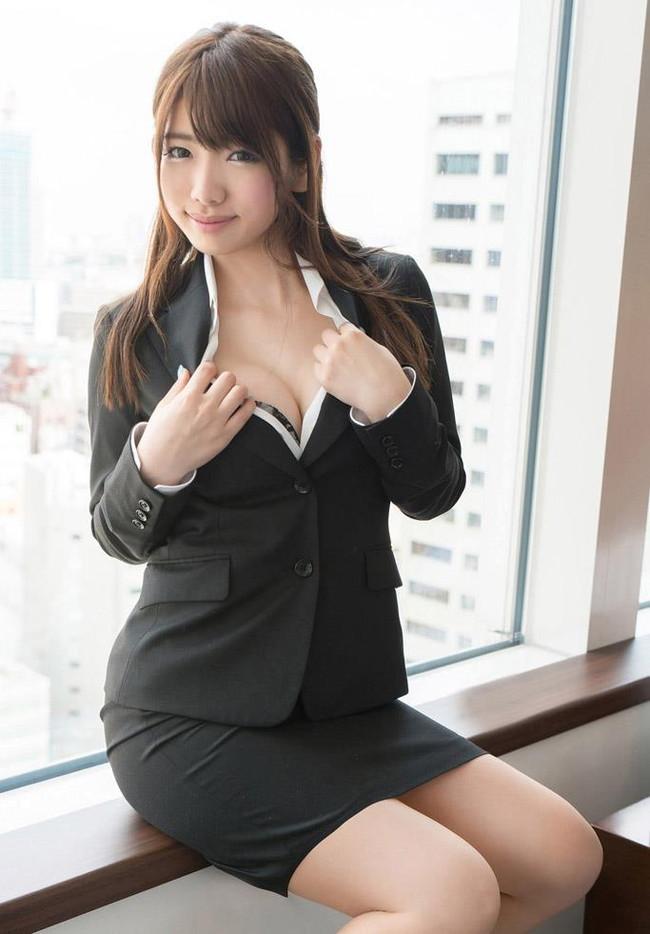 美人なお姉さんがスーツ姿!