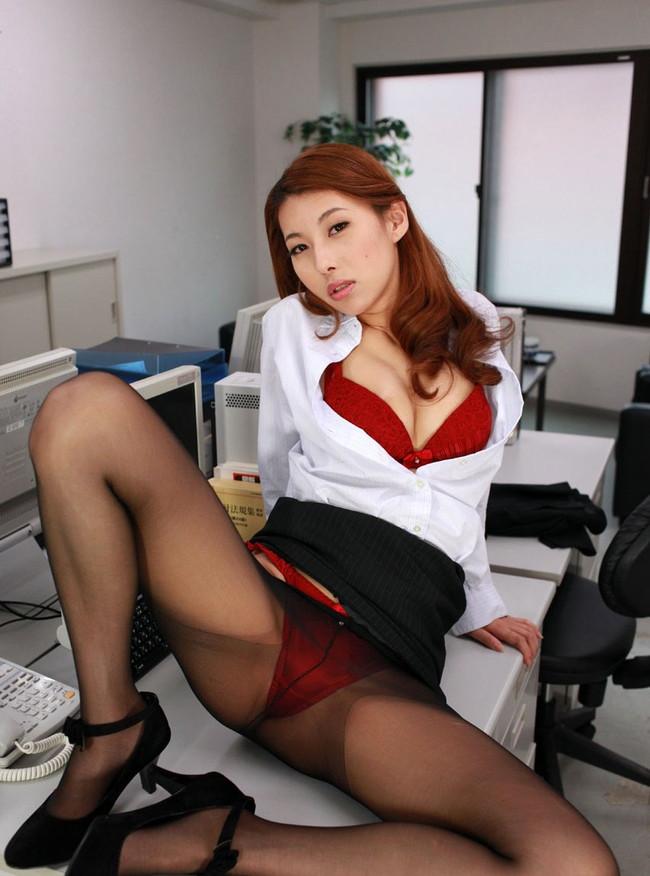 オフィスでM字開脚!