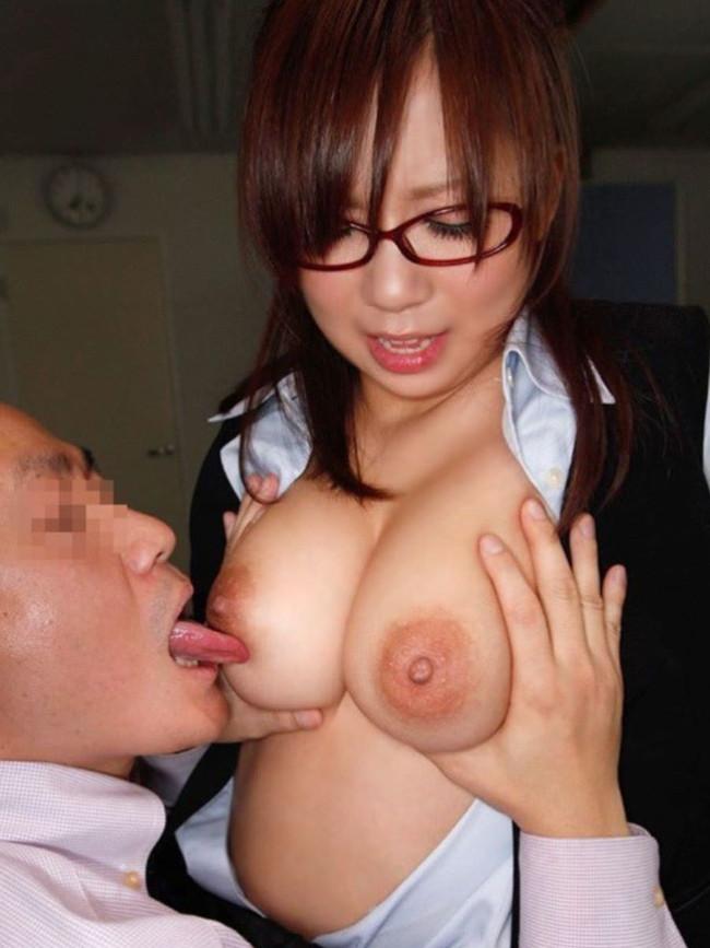 乳首舐めされるこスーツ姿の巨乳美女!
