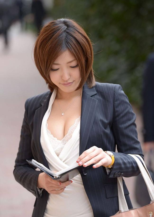 谷間がエロい女性営業!