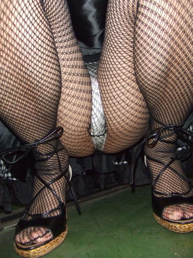 網タイツ越しに見えるパンツはエロい!