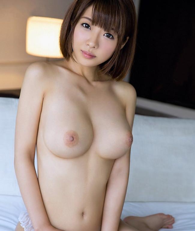 巨乳なのにスレンダーなショートカットの美女!