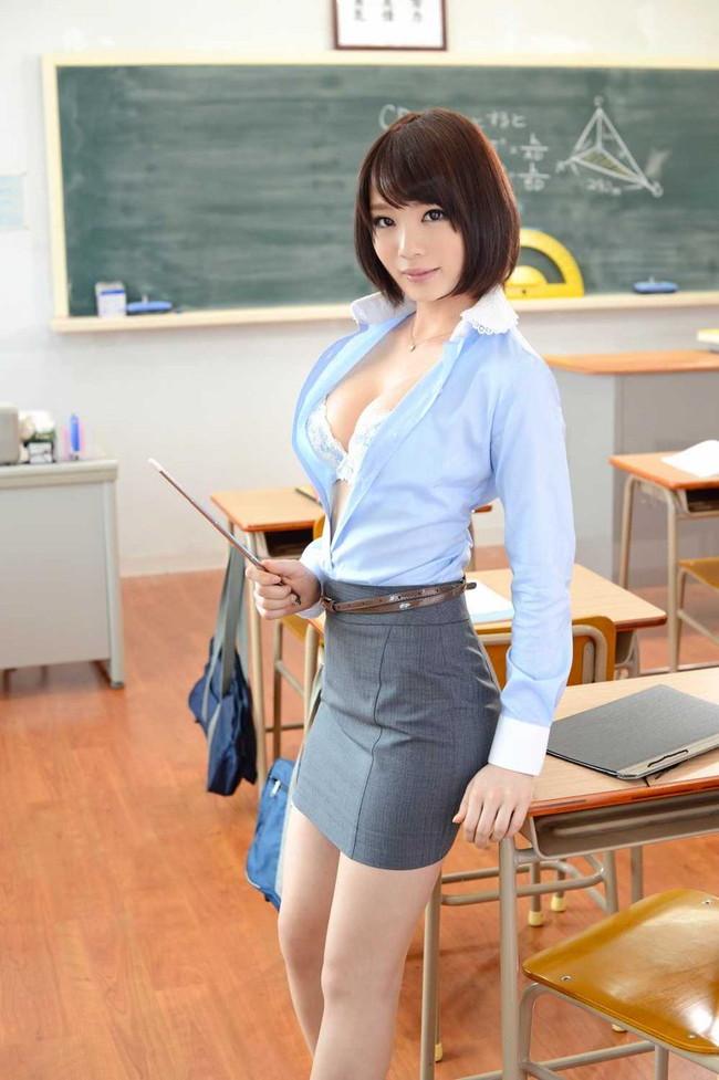 ブラチラしてる女教師!