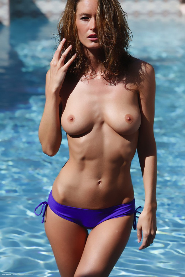 プールサイドでトップレス姿の海外美女!