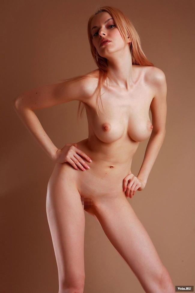 金髪美女が裸で誘惑!