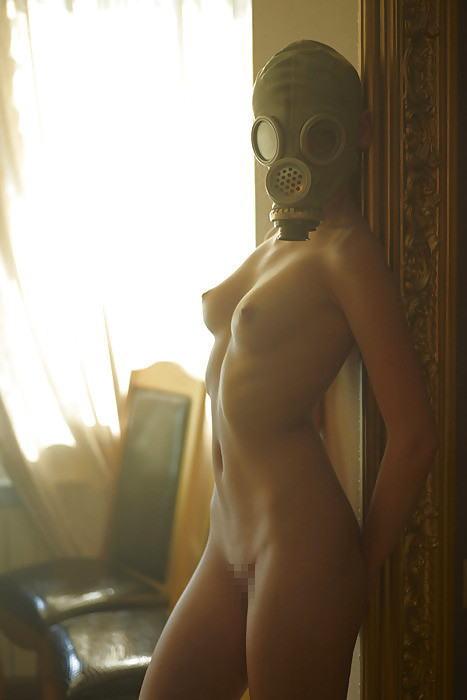 裸にガスマスク!