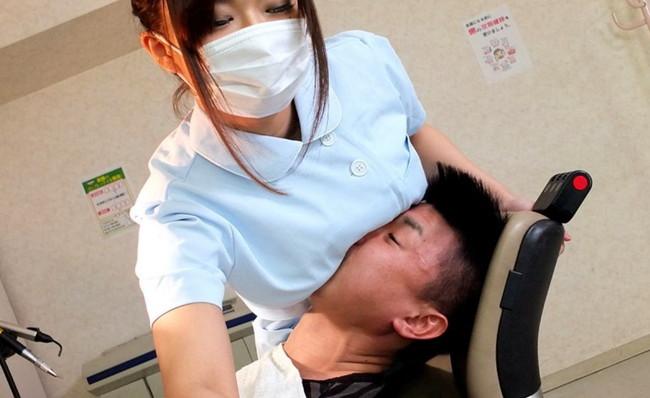 おっぱい押し当てる歯医者!