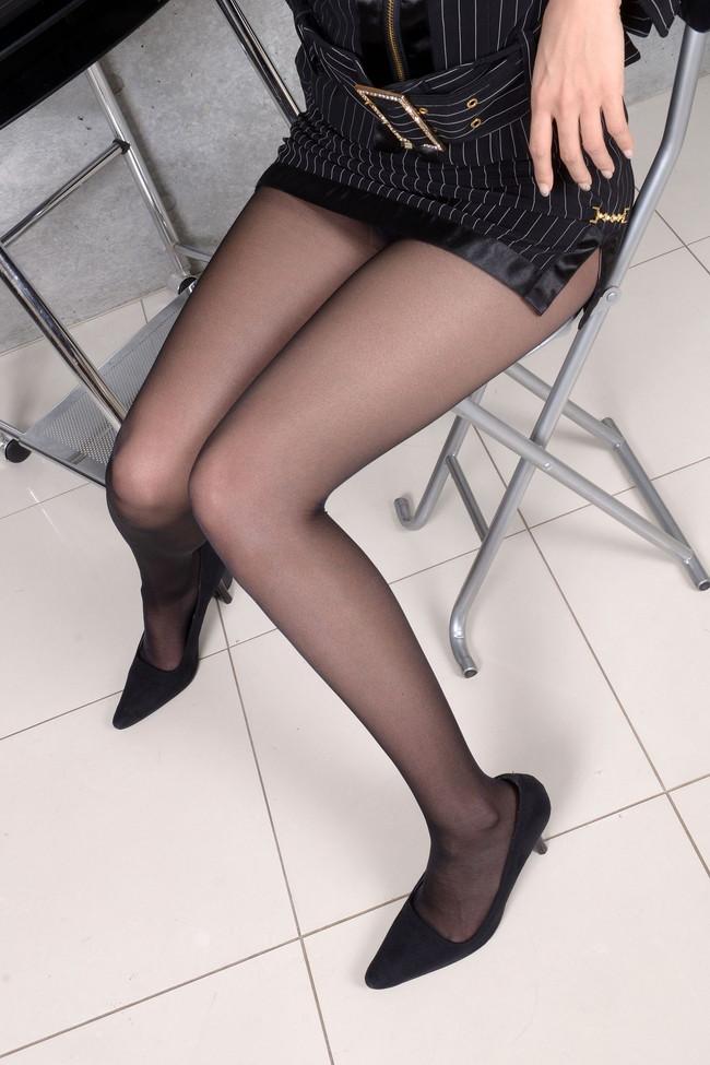 黒パンストがそそる美脚!