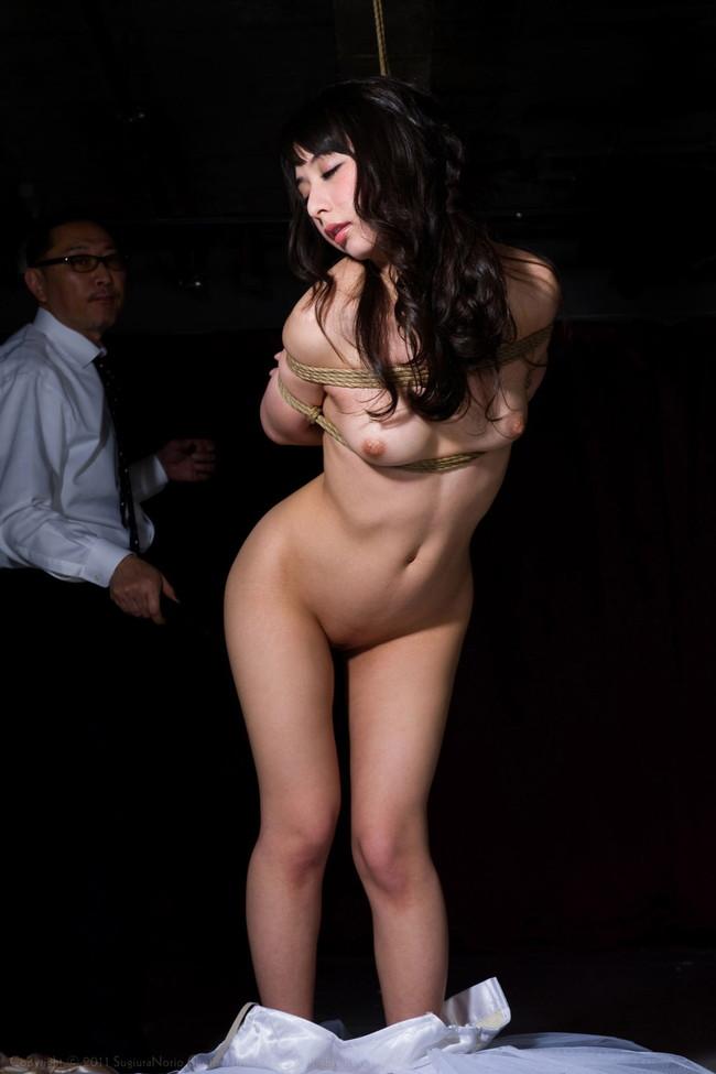 全裸緊縛された美女!