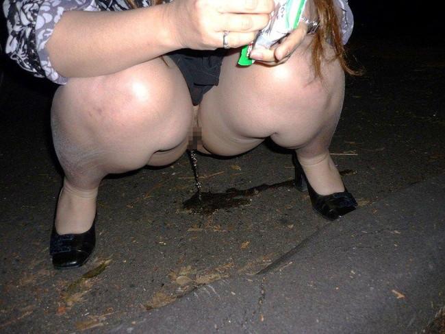夜に野外放尿!