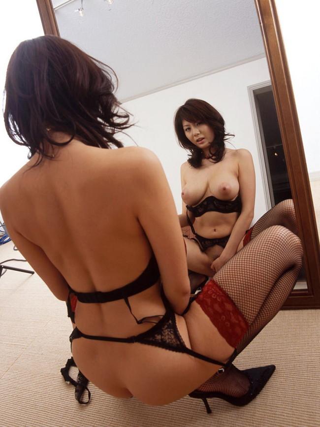 鏡見ながらのオナニーする下着姿の美女!