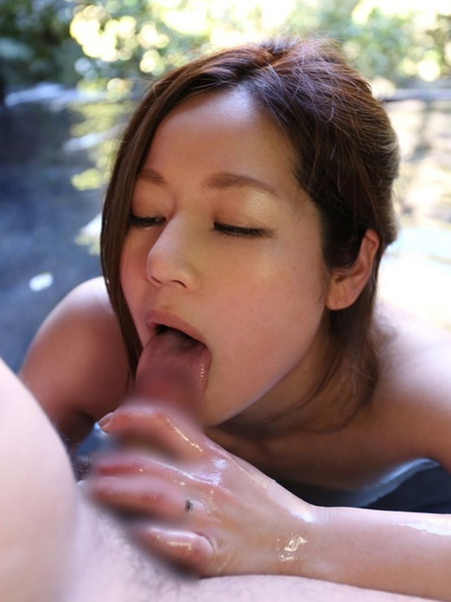 温泉フェラする美女のフェラ顔!