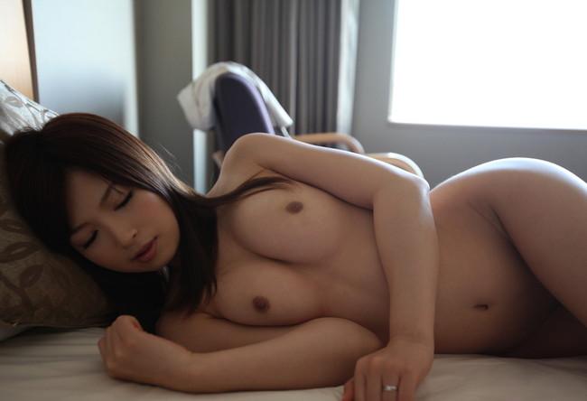 寝てるスタイル抜群な美女は裸!