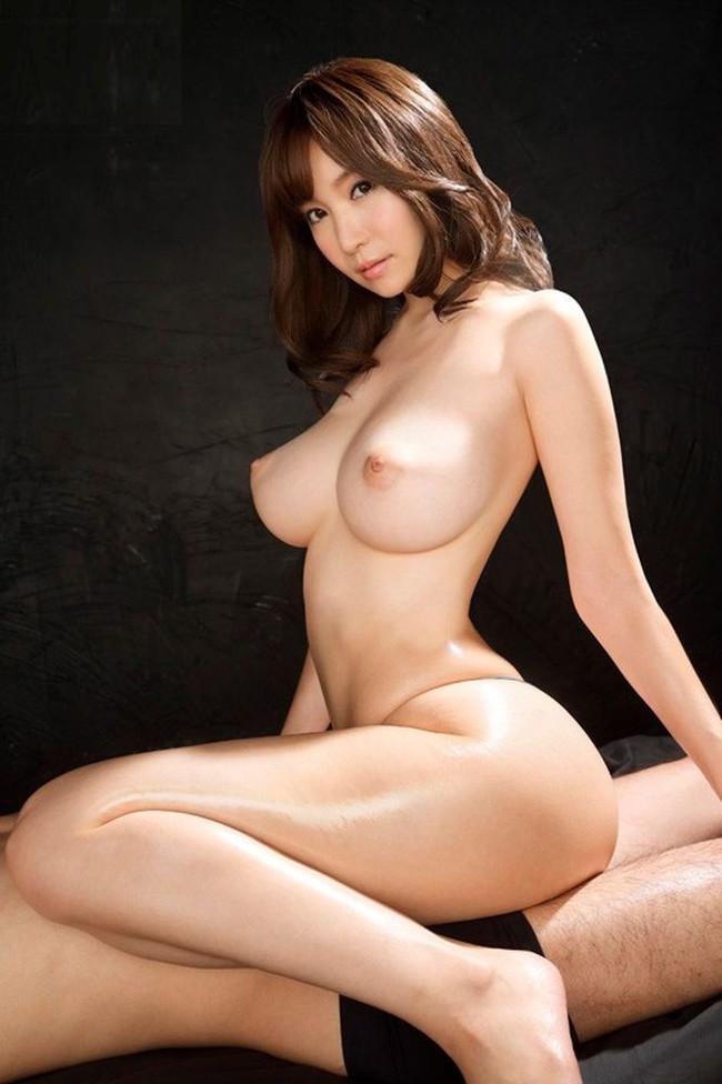 裸で男に跨る美女!