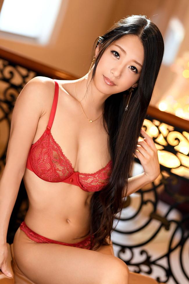 セクシー美女のスケスケな赤下着!