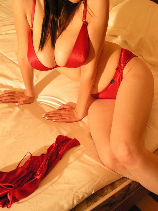 赤い下着で誘惑中!?