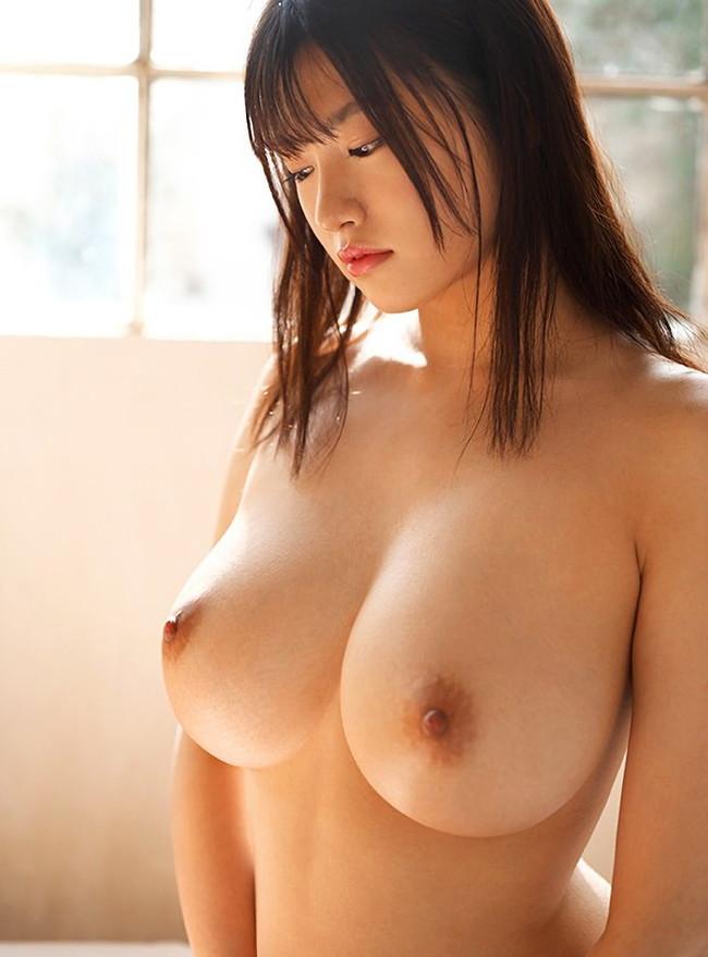 スレンダー巨乳の美少女!