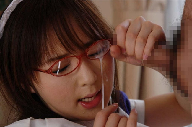 メガネかけたメイドにぶっかけ!