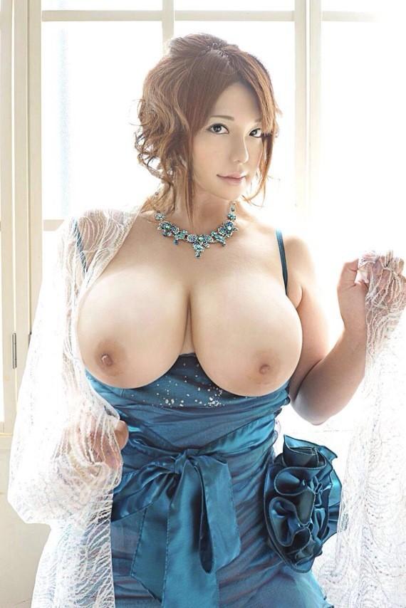 ドレス姿でパイ見せ!