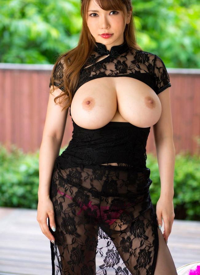 シースルーの衣装が色っぽい!