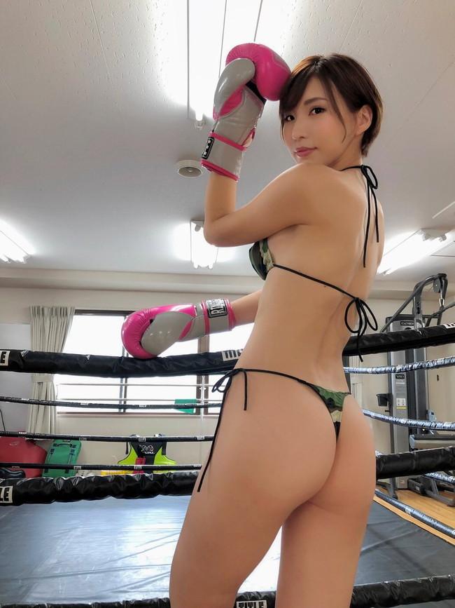 ビキニ姿でボクシング!?