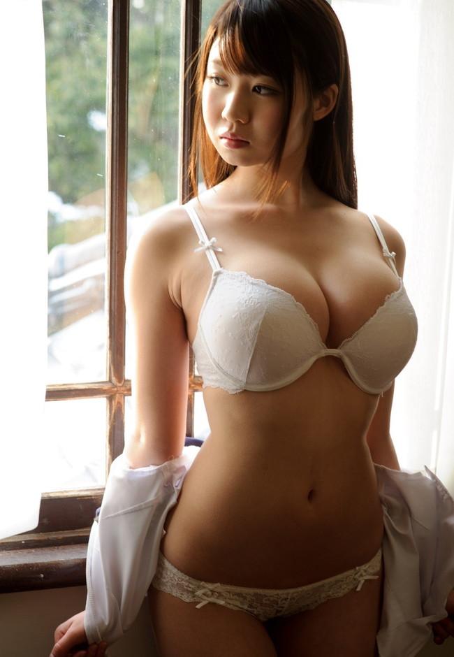 巨乳の美女が下着丸見え!
