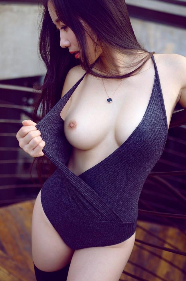 セーターから見えた美乳!